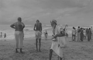 © Hiroh Kikai - Un sādhu marchant sur la plage (Pûri, 1996)